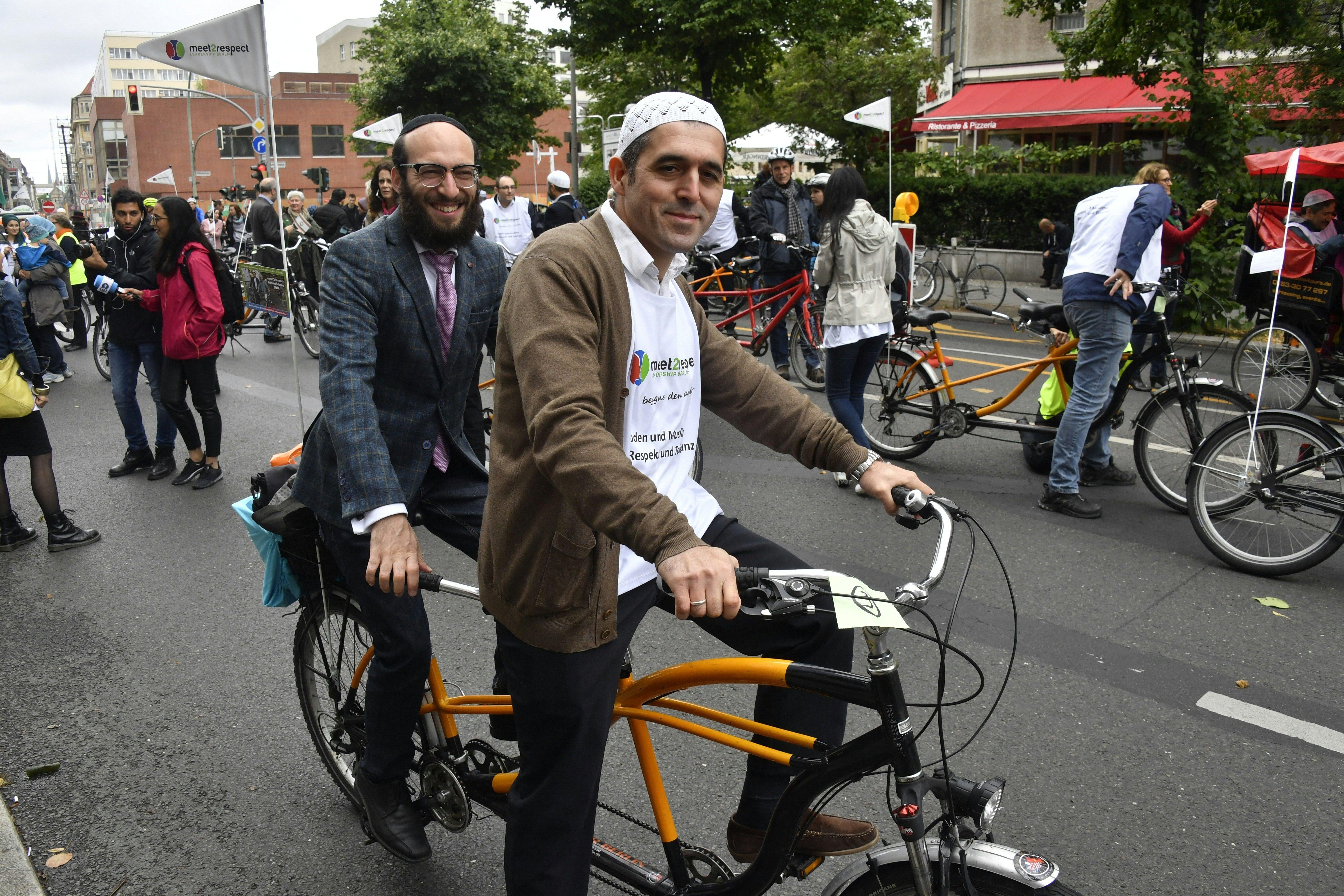Juifs et musulmans appellent à la tolérance en se baladant en tandem dans les rues de Berlin