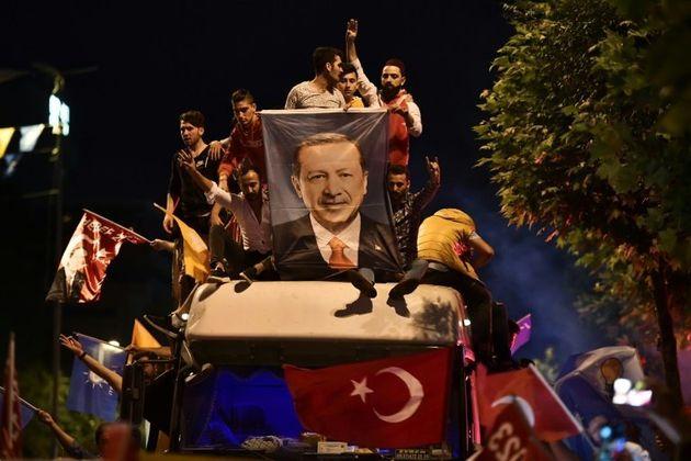 Turquie: Erdogan conforté, appels occidentaux à