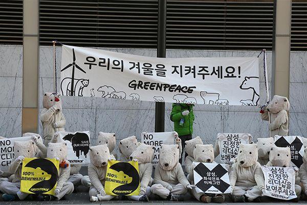 지난해 12월 그린피스 서울사무소 활동가들과 자원봉사자들이 삼성전자 서초사옥 앞에서 100% 재생가능에너지 사용 선언을 촉구하고