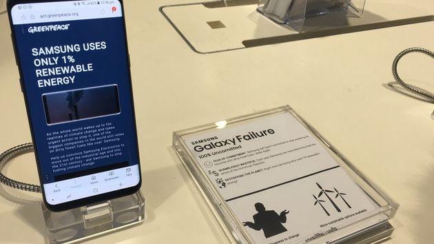 지난해 12월 그린피스 영국사무소 활동가들이 영국 런던 삼성전자 스토어에서 100% 재생가능에너지 사용을 촉구하기 위해 전시된 휴대전화의 화면과 설명을 바꾸고