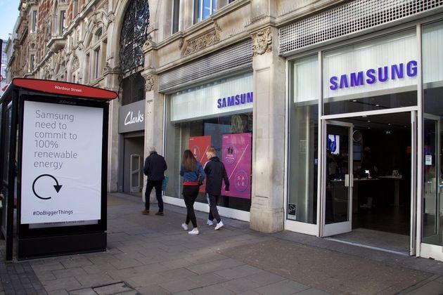 지난해 12월 그린피스 영국사무소 활동가들이 영국 런던 삼성전자 스토어 근처에서 100% 재생가능에너지 사용을 촉구하기 위해 버스 정류장 광고판 문구를 바꾸고