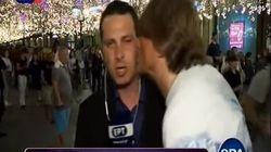 «Όχι, όχι φίλε μου»: Οπαδός φιλάει άνδρα δημοσιογράφο της ΕΡΤ «στον