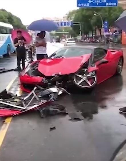 Βίντεο δείχνει οδηγό να τρακάρει τη Ferrari που μόλις είχε
