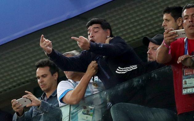 마라도나가 아르헨티나전을 보며 손가락 욕을 날리다 결국 응급처치까지