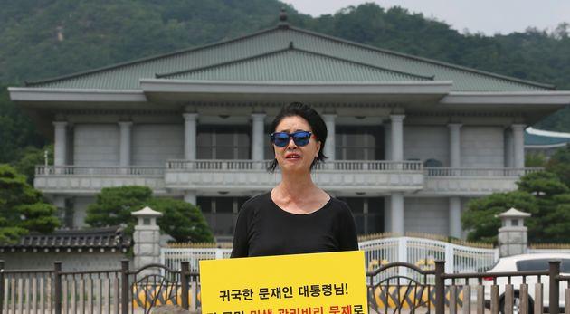 김부선씨가 2017년 7월14일 오후 서울 종로구 청와대 분수대 앞에서