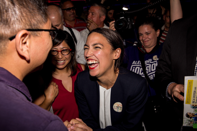 진보적 정치 신인 알렉산드리아 오카시오-코르테스가 뉴욕의 막강한 민주당 의원을 경선에서