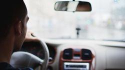 Mann hält Wagen an, um einer Frau zu helfen – doch die verfolgt ganz anderen