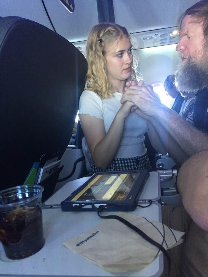 Niemand versteht Taubblinden im Flugzeug – dann taucht eine 15-Jährige