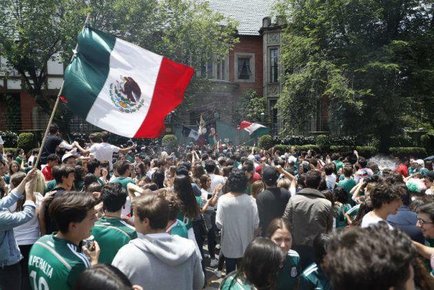 16강 진출 확정 직후 멕시코인들은 한국 대사관으로