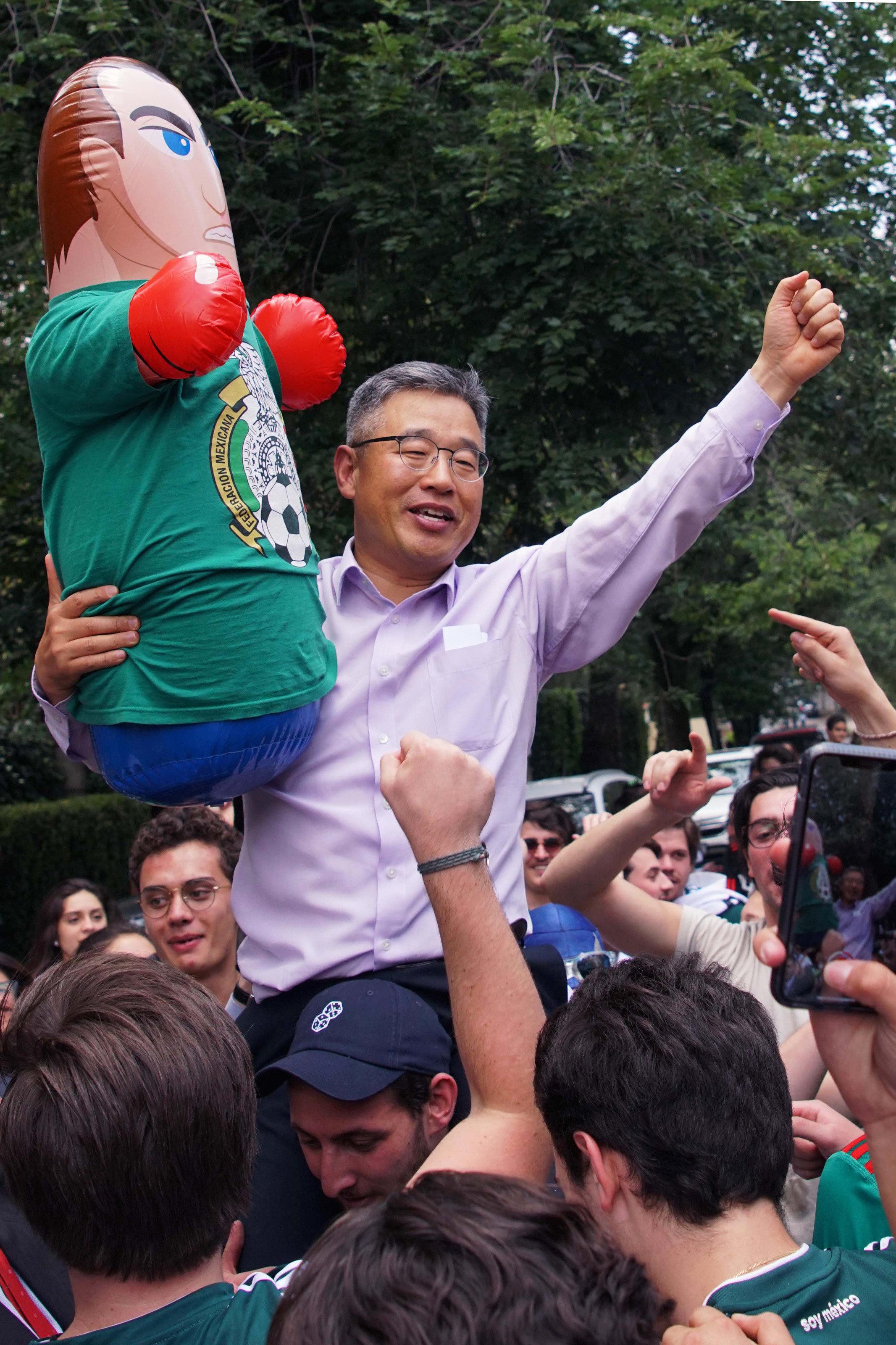 '16강 진출' 멕시코인들이 한국 대사관 앞에서 부른 노래(동영상)