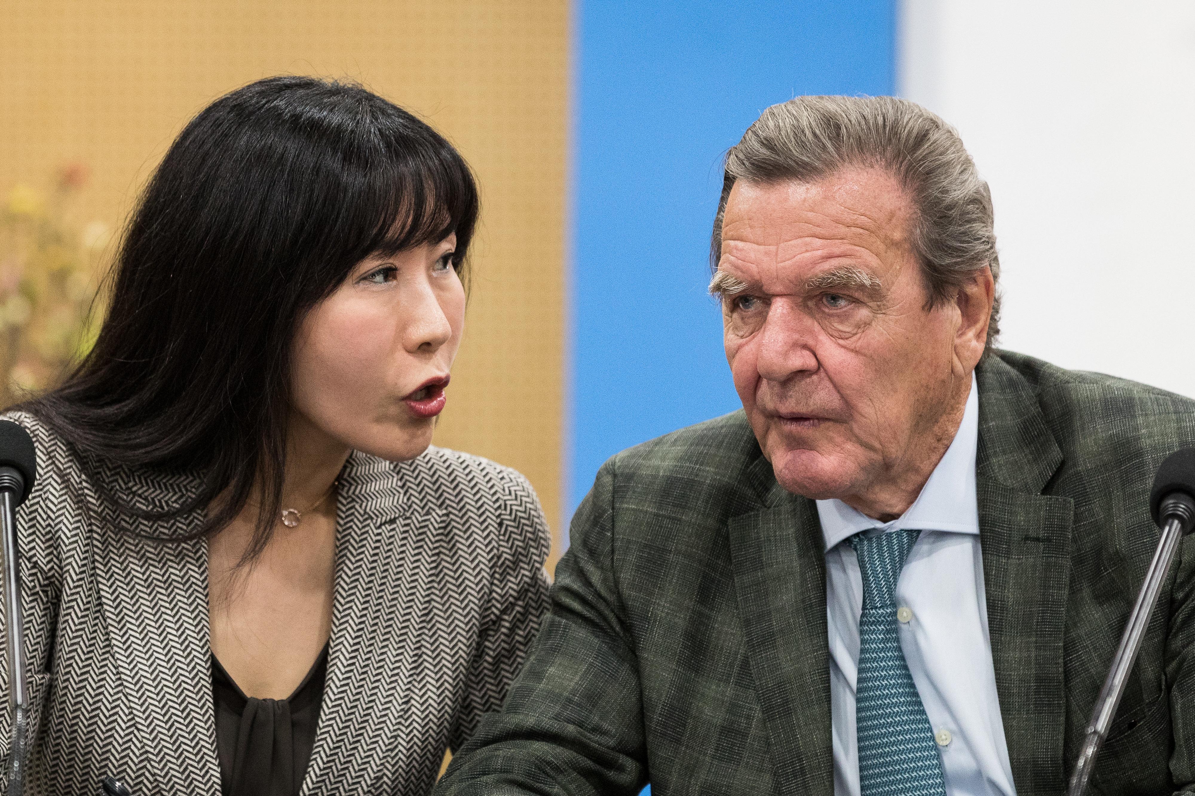 독일 전 직관한 슈뢰더 전 총리와 한국인 여자 친구의 3단 표정 변화