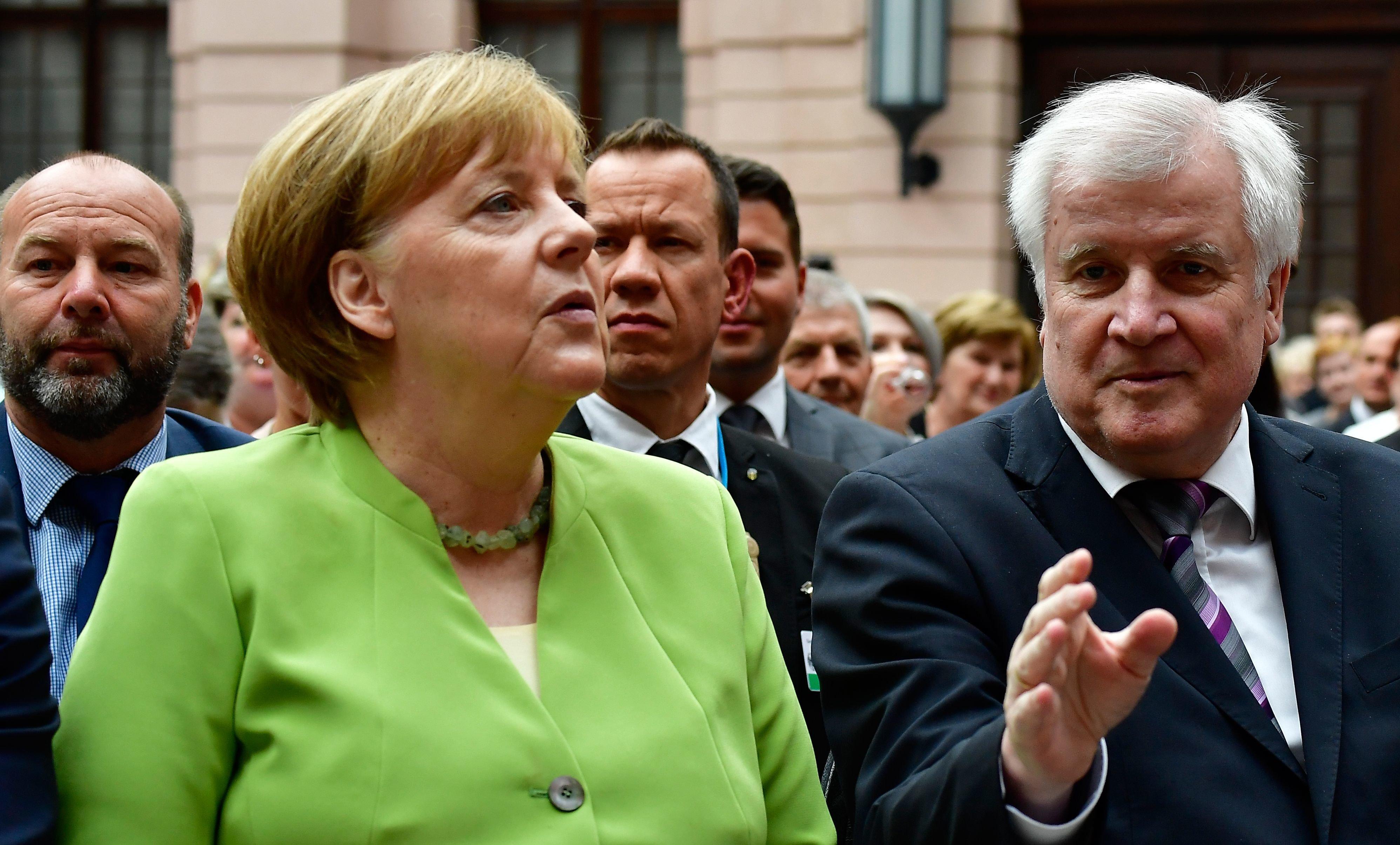 Ο Ζεεχόφερ δηλώνει πως το κόμμα του δεν θέλει να ρίξει τη κυβέρνηση της Μέρκελ αλλά...αφήνει όλα τα ενδεχόμενα