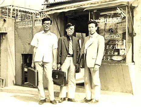 1976년 3월19일 39사단 헌병대 입창 중 구타로 인한 비장파열로 사망한 이춘길(위 가운데)씨. 군 당국의 조치는 그의 장례에 부대장 명의 부의로 1만원을 보낸 것이