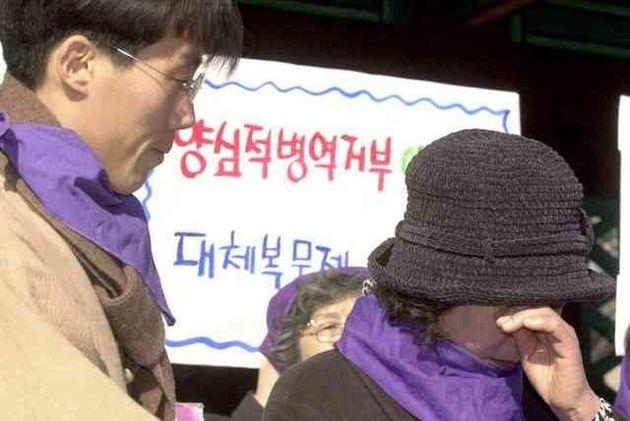 2007년 2월 서울 종로 탑골공원 앞에서 열린 민가협 목요집회에서 '양심적 병역거부자' 오태양(왼쪽)씨가 '부모님께 올리는 편지'를 읽는 동안 오씨의 어머니가...