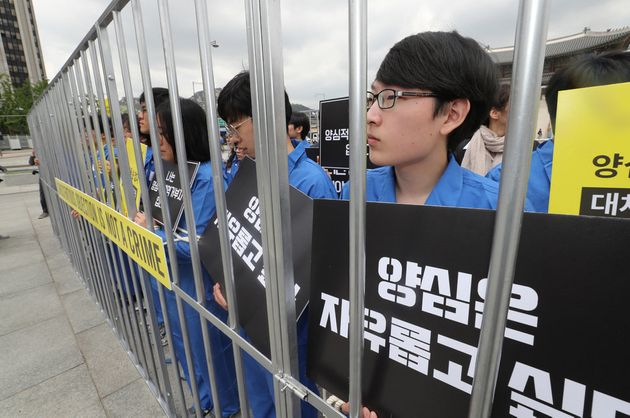 세계 병역거부자의 날인 지난해 5월15일 오전 서울 광화문광장에서 국제앰네스티가 연 기자회견에서 병역거부로 처벌을 받았거나 재판중인 양심적 병역 거부자들이 병역거부자에 대한 처벌 중단과...