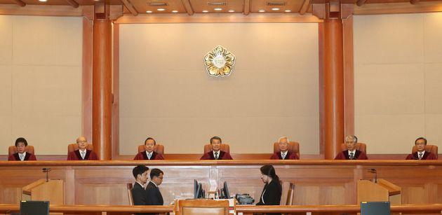 이진성 헌법재판소장을 비롯한 헌법재판관들이 28일 오후 서울 종로구 헌법재판소 대심판정에서 양심적 병역거부 허용 여부 선고를 하기 위해 자리에 앉아