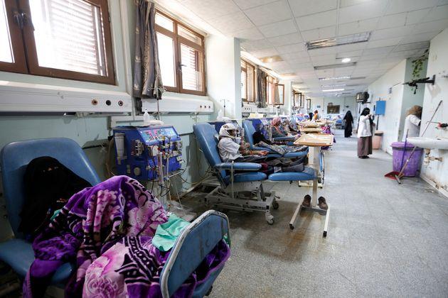 예멘 수도 사나(Sana'a)에 위치한 Thawra 병원에서 환자들이 투석을 받고 있는 모습. 2018년