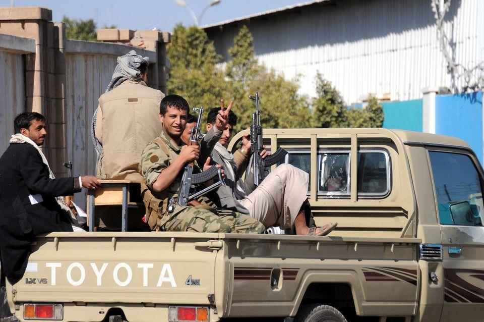 예멘 후티 반군 군인들이 수도 사나에서 기념행사를 마치고 귀환하는 모습. 후티 반군은 사우디 주도 아랍연합군의 공습 1000일을 맞아 사우디 수도 리야드(Riyadh)로 탄도미사일을...