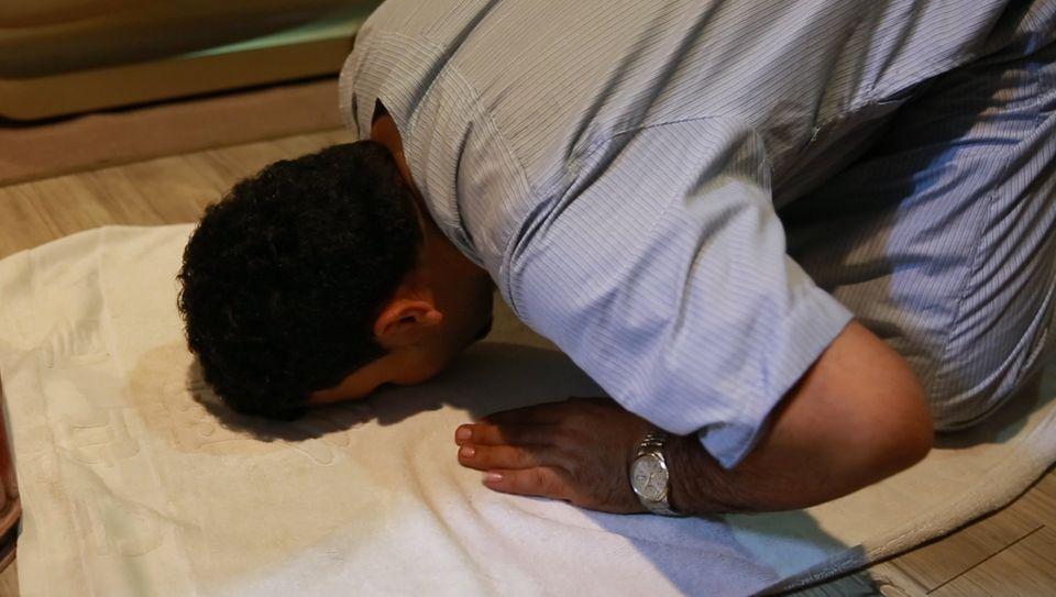무함마르가 숙소에서 기도하고 있다. 그는 독실한 무슬림이다.예멘에는 아내와 부모, 세 아들과 두 딸이 있다. 하루에도 몇 번씩 가족과 통화한다. 집을 떠난지 벌써 2년이