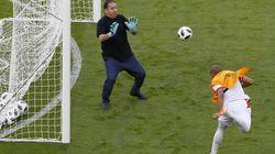 Pour palier à l'absence de gardiens de but lors de l'entrainement, l'entraineur tunisien Nabil Maaloul enfile les gants