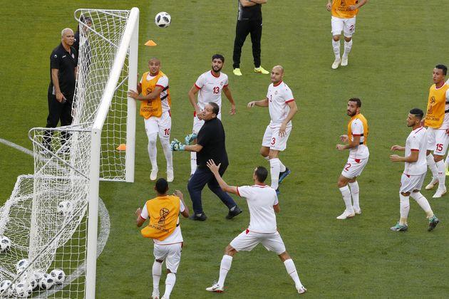 Pour palier à l'absence de gardiens de but lors de l'entrainement, l'entraineur tunisien Nabil Maaloul...