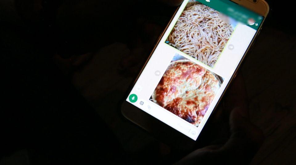 이스마일은 예멘에 있는 어머니와 서로 음식 사진을 주고 받으며 그리움을