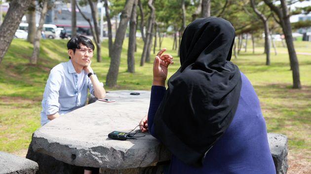 레질라(34)는 제주에 온 몇 안 되는 미혼 여성 중 하나다. 게스트하우스에서 한 달을 지냈고, 지금은 한국인 부부와 함께 살면서 주말에 카페 일을 돕고 있다.이혼한 부모는...