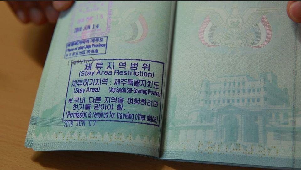 모하메드 가족의 여권에는 '허가 없이 제주도를 떠날 수 없다'는 내용의 스탬프가 새로 찍혔다. 제주에서는 한국인 부부를 소개 받아 숙식을 해결하고 있다. 모친, 여섯 딸과 함께 제주에...
