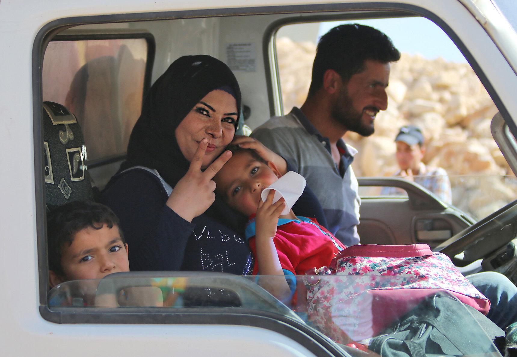 Ταξίδι επιστροφής στην κατεστραμμένη Συρία. 400 πρόσφυγες εγκατέλειψαν τον Λίβανο για την πατρίδα