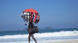 Αν βρεθείτε σε παραλία της Ιταλίας, μην διανοηθείτε να αγοράσετε κάτι από πλανόδιο μικροπωλητή. Κι ο λόγος είναι