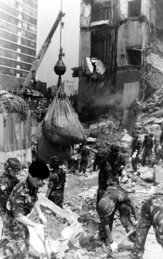 삼풍백화점 붕괴 사건 현장에서 대형 크레인과 구조장비를 동원해 희생자 수색작업 및 정리작업이 이루어지고