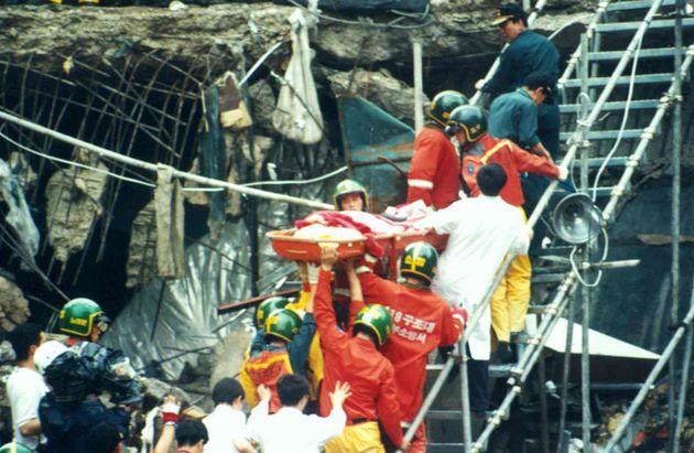 삼풍백화점 붕괴 사건 현장에서 구조대원들이 생존자를 옮기고