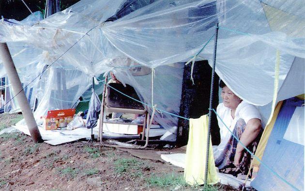 서울 서초동 서울교대 체육관 주변에 텐트를 치고 기거하면서 실종된 가족의 소식만을 애타게 기다려온 한 실종자 가족이 텐트 밖으로 내리는 부슬비를 넋잃은 표정으로 바라보고