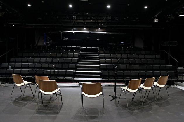 Die Zeit για τη παράσταση της Αλεξάνδρας Κ* στο Εθνικό Θέατρο: νέοι, μορφωμένοι, άνεργοι υποδύονται τον...