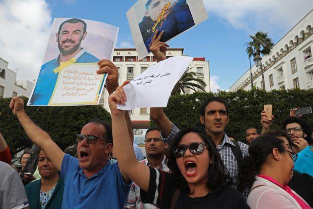 Des manifestants protestent contre les peines prononcées à l'encontre des accusés...