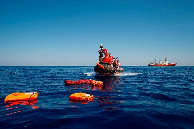Εκατό αγνοούνται σε ναυάγιο σκάφους με πρόσφυγες ανοικτά της Λιβύης. Τρία βρέφη