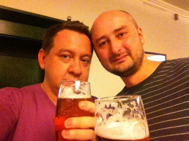 Ein Bild aus besseren Zeiten:Arkadij Babtschenko (r.) beim Bier mit einem befreundeten