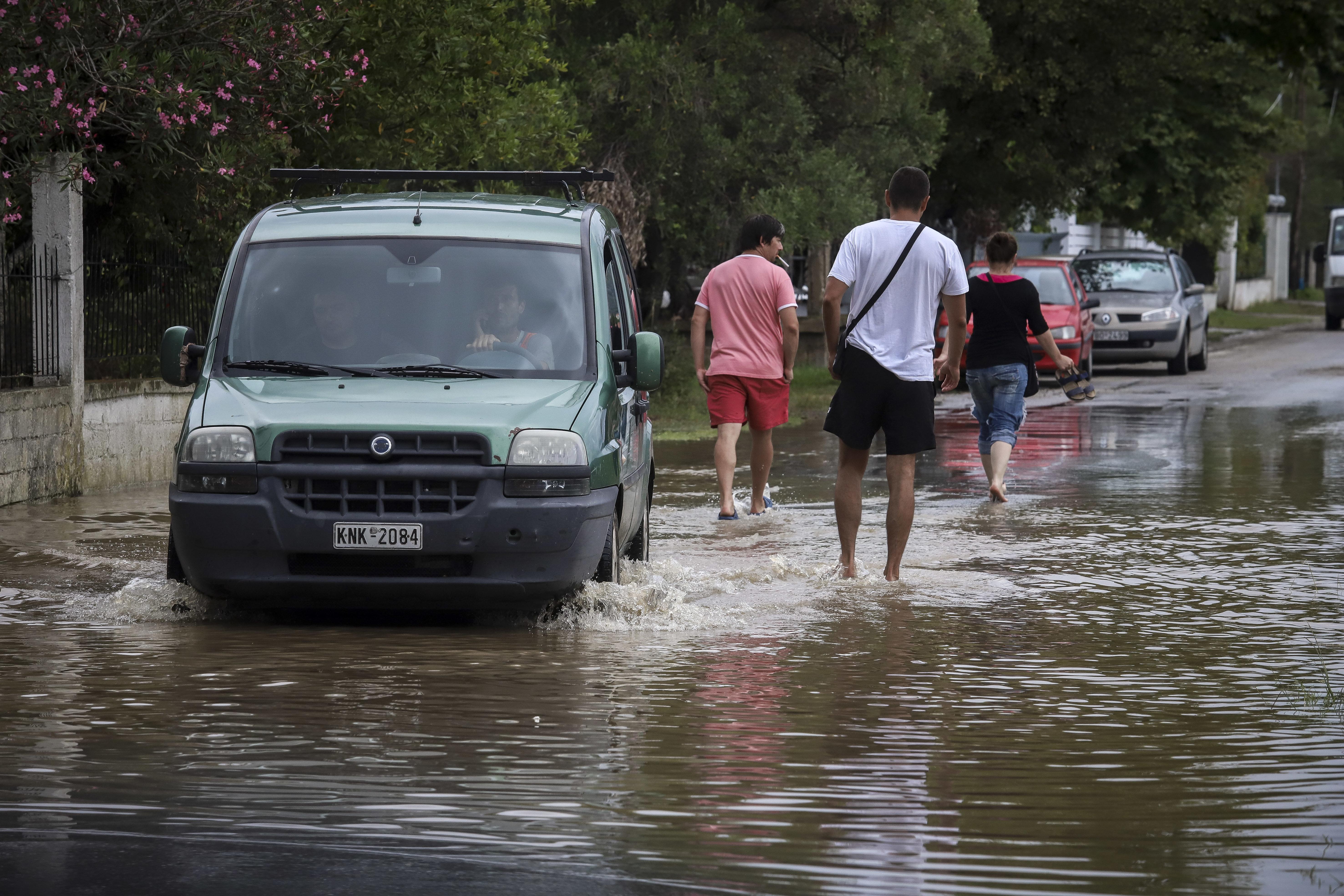 Η επόμενη μέρα της κακοκαιρίας: «Πολύ το νερό για να το αντέξουν αυτά τα αντιπλημμυρικά» λένε κάτοικοι στα