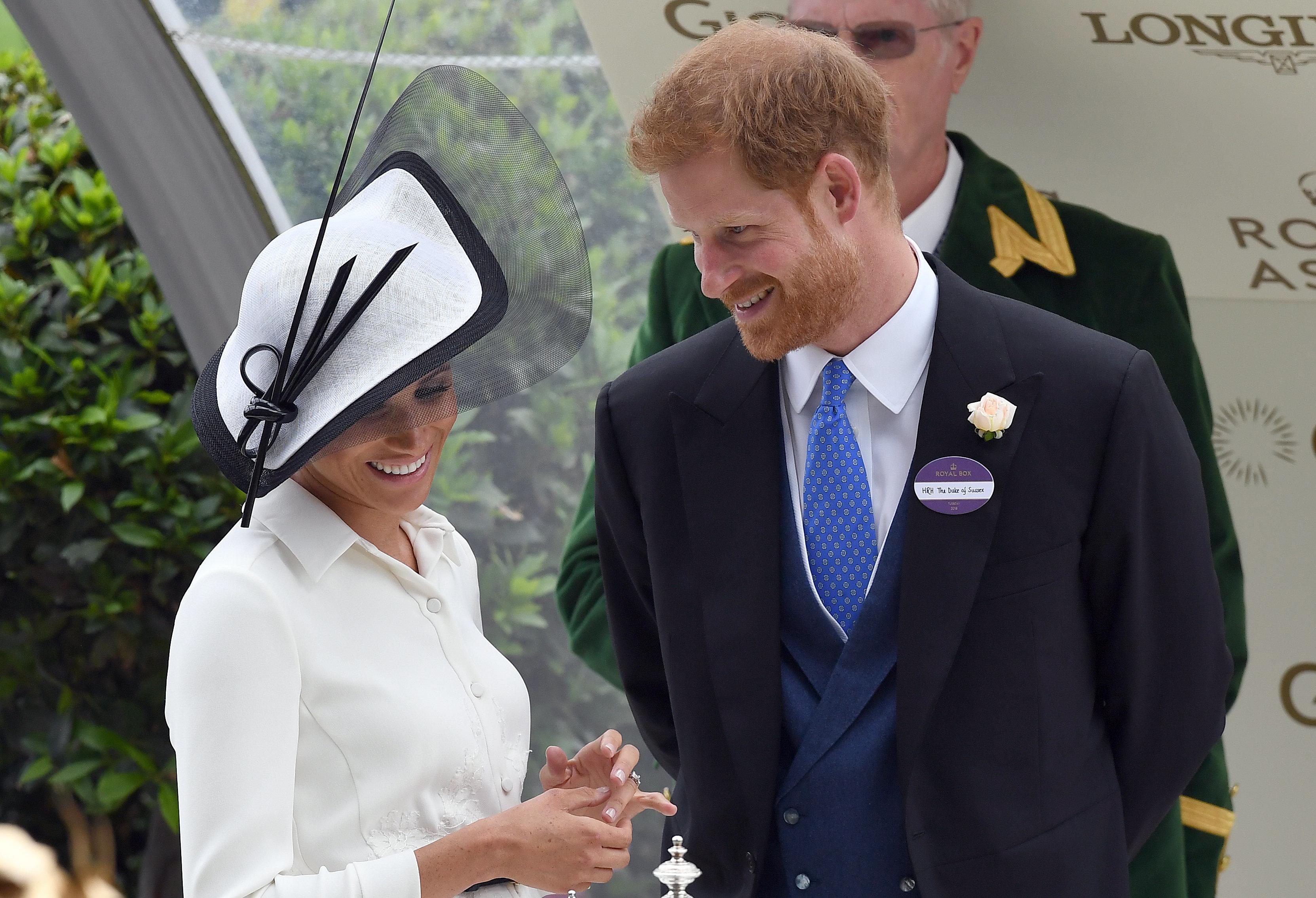 Herzogin Meghan bricht royale Tradition, weil sie Prinz Harry nah sein möchte