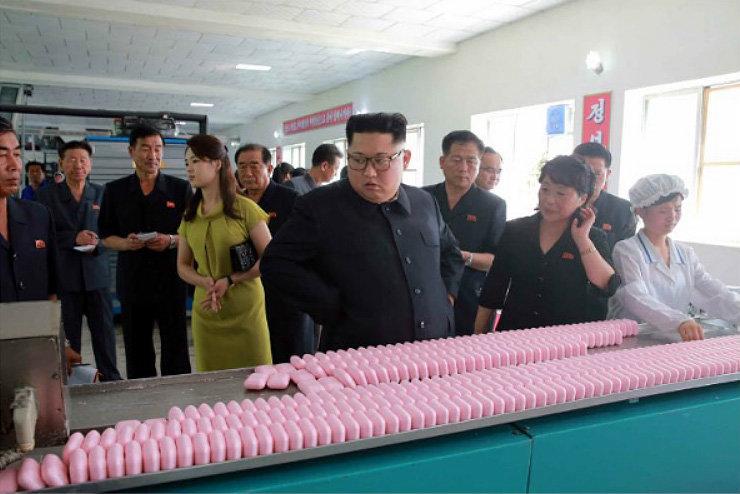 김정은 위원장 부부가 신의주 화장품 공장을 찾아갔다