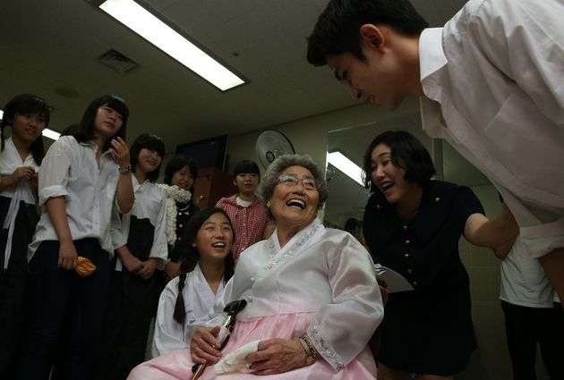 김복득 할머니가 2013년 7월 16일 오후 김해문화의 전당에서 열린 창작 뮤지컬 '위안부 리포터'를 공연을 관람하기에 앞서 공연을 준비한 학생들을 만나 격려하고 인사를 나누고 있다....