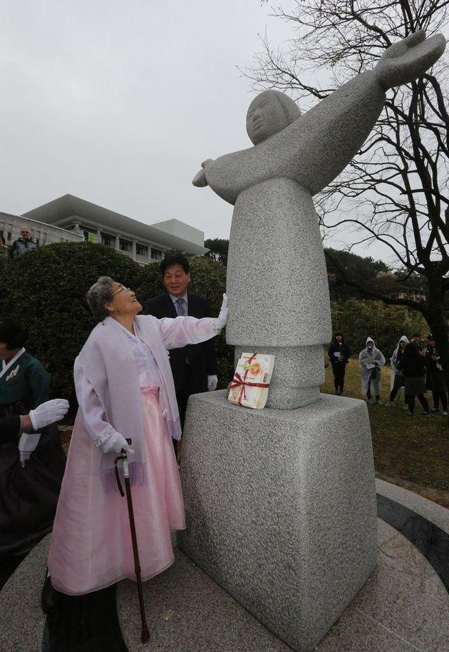 김복득 할머니가 2013년 4월 6일 오후 경남 통영시 동호동 남망산 조각공원 입구에 세워진 위안부 추모비 '정의비'를 어루만지고