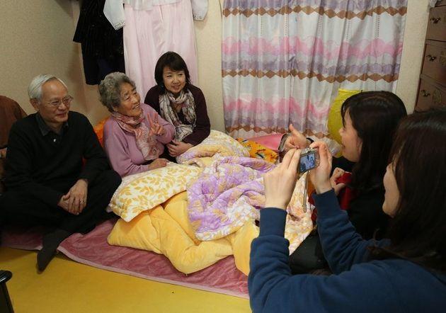 김복득 할머니가 2013년 3월 10일 경남 통영 자택을 찾은 일본 역사학자 요시미 요시아키 일본 주오대 교수(왼쪽)와 사진을 기념사진을 찍고