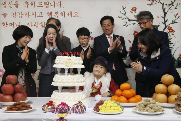 김복득 할머니가 지난해 1월 14일 오후 경남 통영시 도산면 도립통영노인전문병원에서 열린 100세 생신 축하연에서 케이크의 촛불을 끈 뒤 박수를 받고