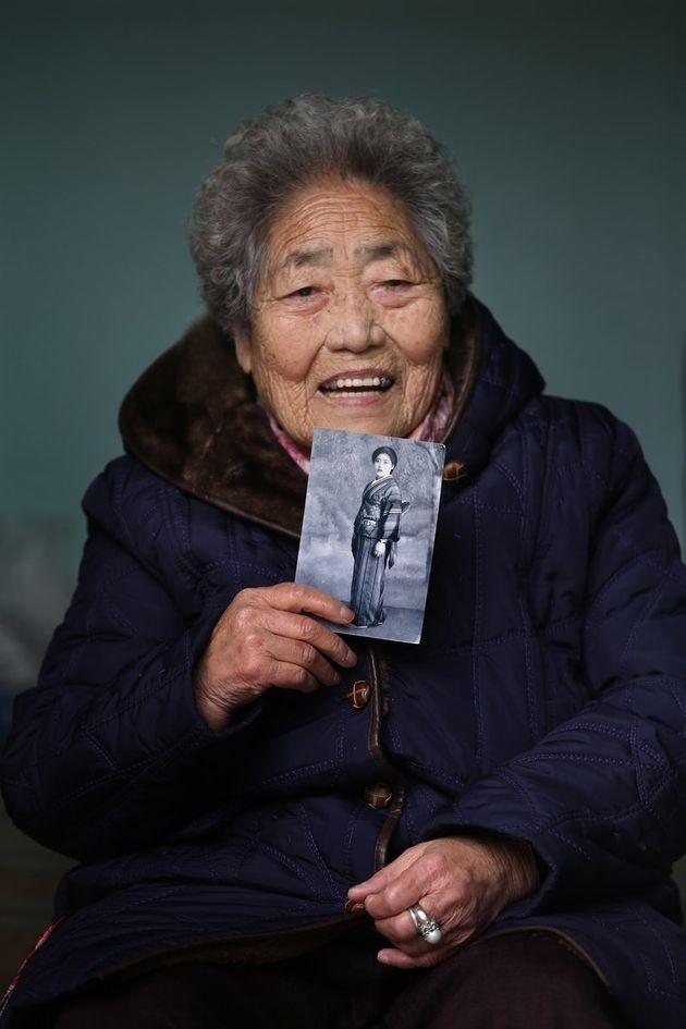 김복득 할머니가 2013년 3월 14일 경남 통영시 북신동 자택에서 자신의 젊은 시절 사진을 보여주며 웃고