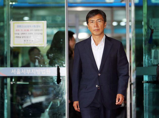수행비서를 위력으로 성폭행한 혐의 등을 받는 안희정 전 충남지사가 2일 오전 서울 마포구 서부지방법원에서 열린 첫 공판을 마치고 법원을 나서고