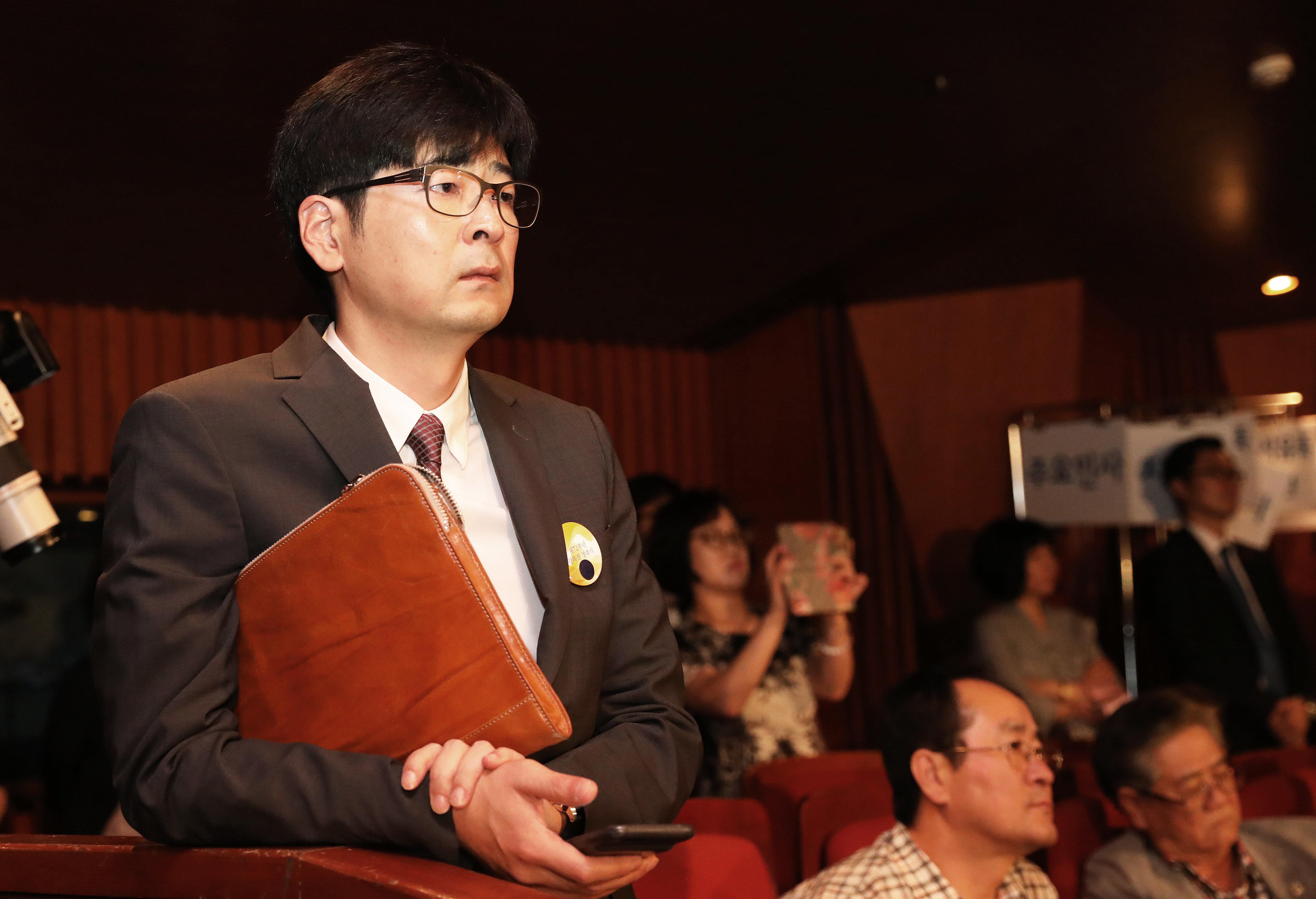 한국당이 논평을 내고 '탁현민 사의 표명·청와대 만류'를