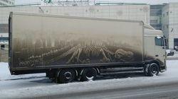 더러운 트럭에 몰래 그림을 그리는 아티스트가
