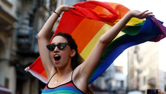 Το ουράνιο τόξο του Gay Pride ξεπρόβαλε στην Κωνσταντινούπολη κόντρα στην απαγόρευση και τις δυνάμεις της