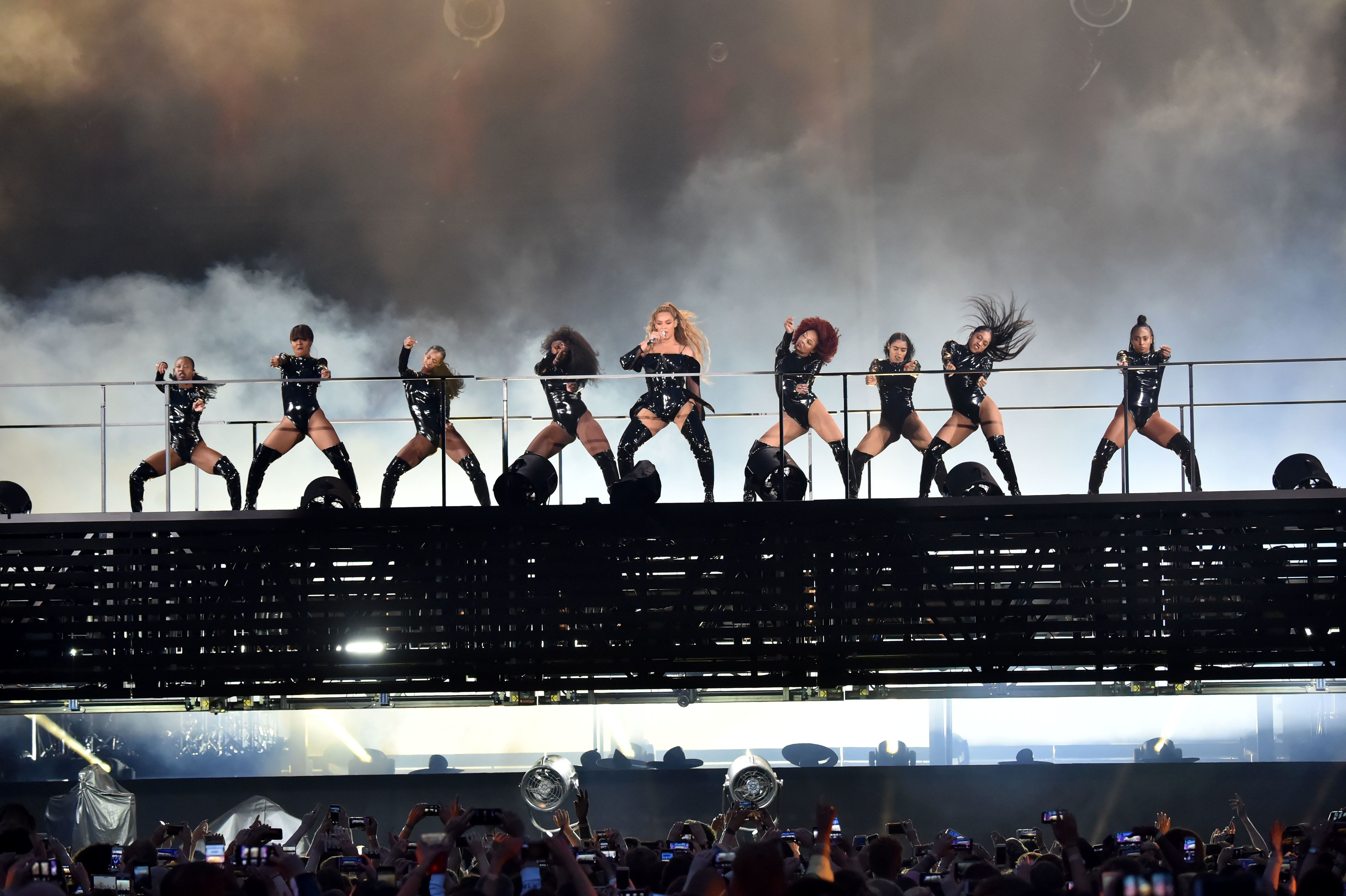 Beyoncé Closes 'On The Run II' Concert By Climbing Down On A Ladder After Stage